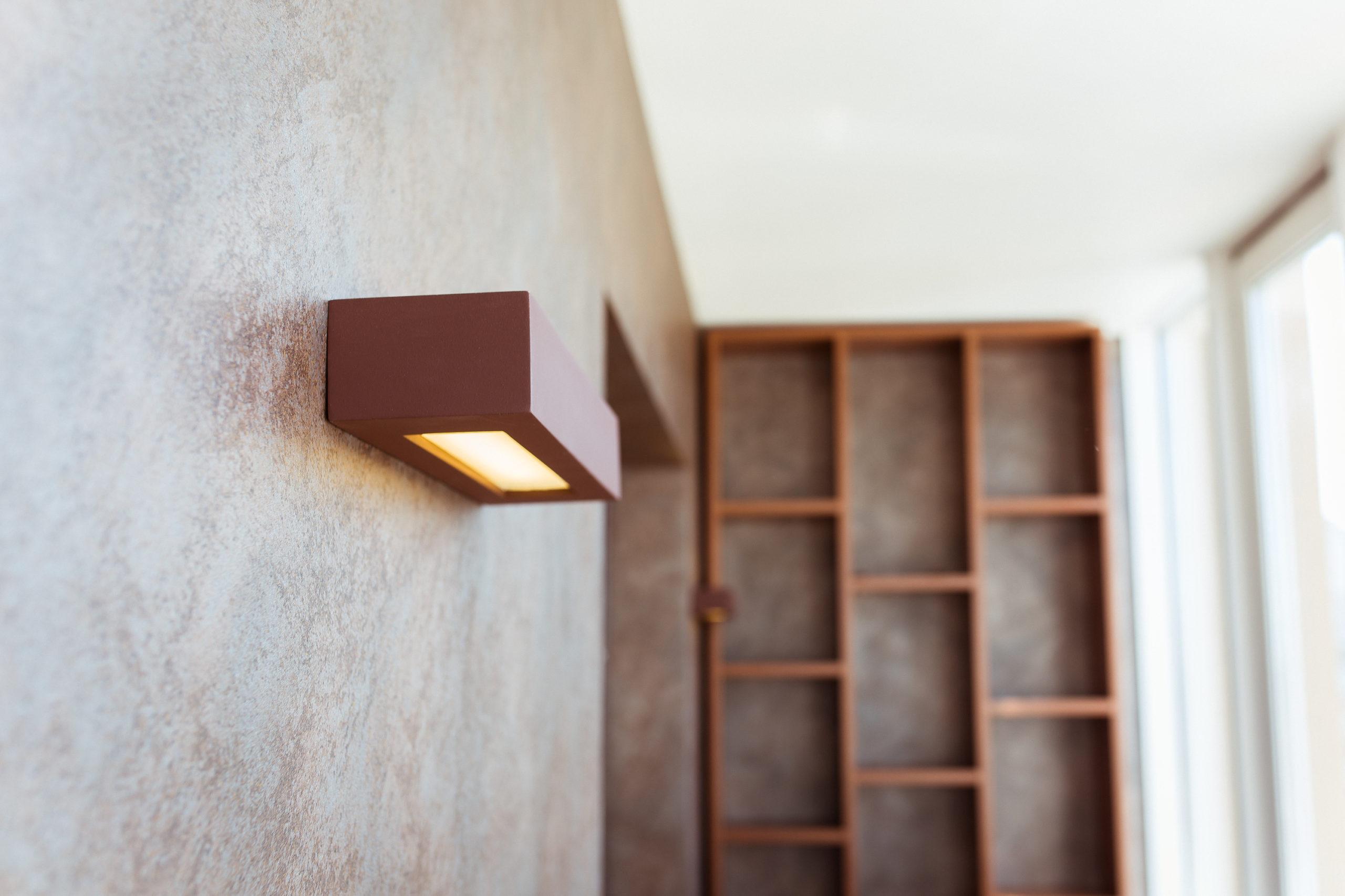 Сочетание гипсовых светильников с другими материалами в интерьере